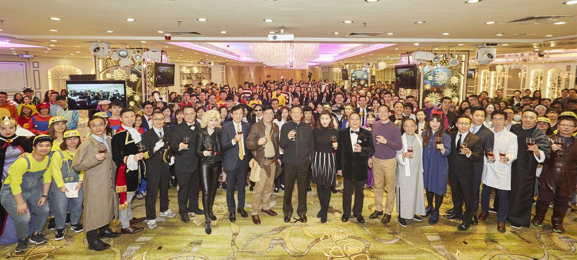 圖片說明:美聯「2019中央專業部門周年晚宴」以「經典電影角色」為主題,集團主席黃建業、副主席黃靜怡等一眾管理層出席支持。