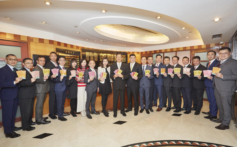 圖片說明:美聯集團副主席黃靜怡向員工大派開工利是,充滿喜慶氣氛。